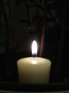Unscharfe brennende Kerze