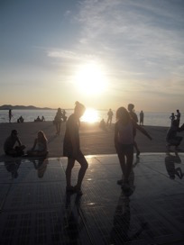 Menschen tanzend am Strand
