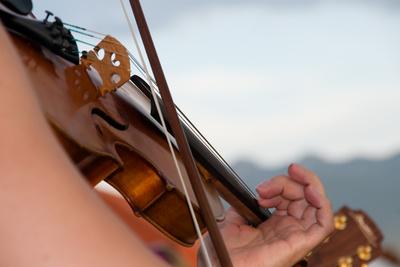 Nahaufnahme einer Geige mit Bogen