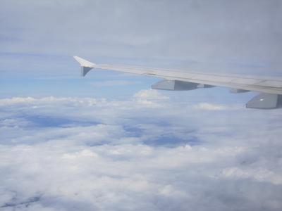 Ausblick aus dem Flugzeug über den Wolken