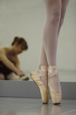 Beine einer Ballerina auf der Spitze