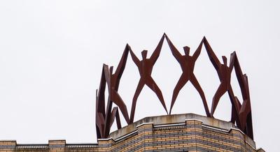 Menschen an den Händen haltend als Turmkrone