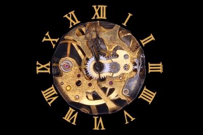 Uhr zeigt kurz vor Zwoelf