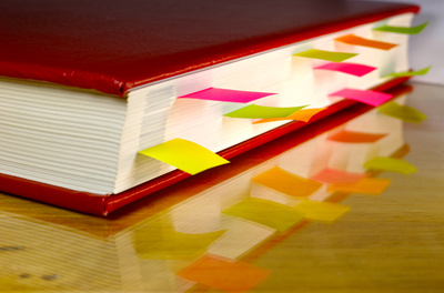 Seitenansicht eines Buches mit bunten Registern