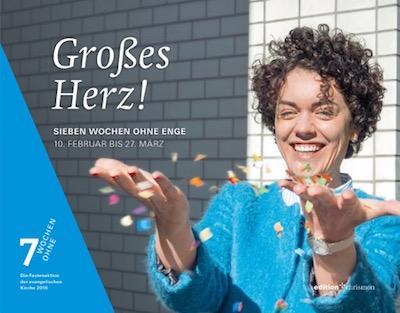 Frau mit ausgestreckten Händen wirft Papierschnipsel in die Luft