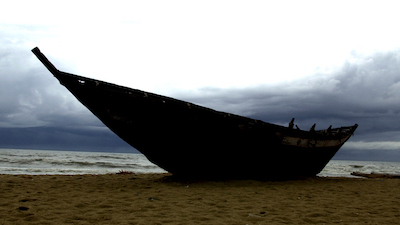 Grosses Holzboot am Strand