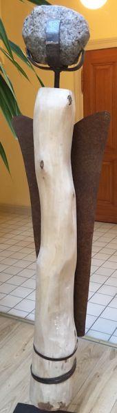 Engel-Statue mit Steinkopf, Holzkörper und Metalllflügel