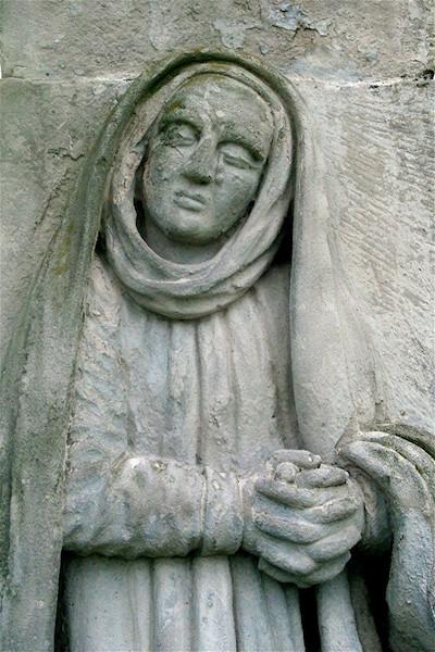 Betende Maria als Steinrelief