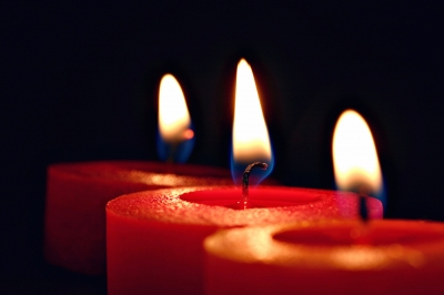 Drei Flammen von Kerzen