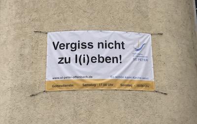 Plakat mit der Aufschrift Vergiss nicht zu l(i)eben
