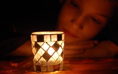 Kerzenglas mit Betrachterin