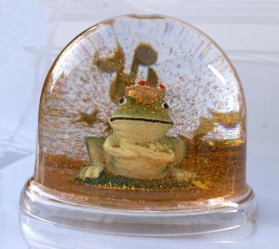 Froschkönig in einer Schneekugel