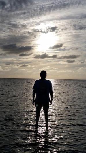 Mensch im Meer im Gegenlicht