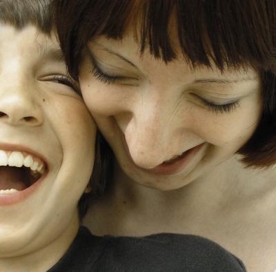 Lachende Menschen Gesicht an Gesicht