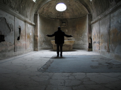 Mensch in segnender Haltung in einer alten Kapelle