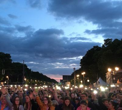 Konzertteilnehmende bei einem Konzert des Kirchentags in Berlin