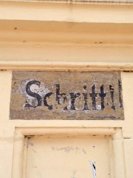 Schritt!-Schriftzug an einem Tor