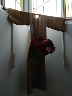 Kleiderkruzifix mit Blumen