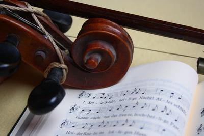 Violinwirbel und Noten von Stille Nacht
