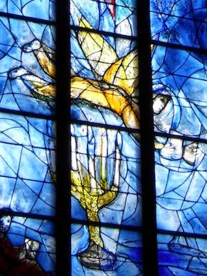Ausschnitt Chagallfenster Leuchter und Engel