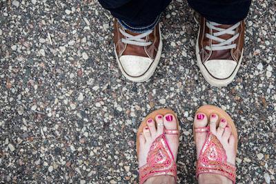 Zwei Paar Schuhe, Mann und Frau, von oben