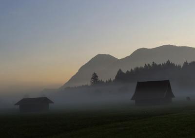 Berglandschaft am Morgen und im Nebel