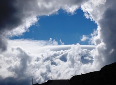 Wolkenarrangement mit Himmelsloch