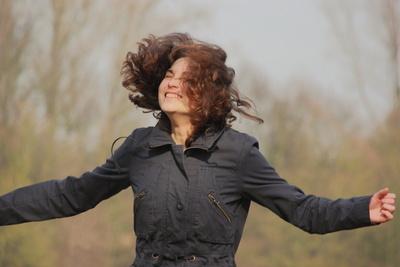 In die Luft springende Frau
