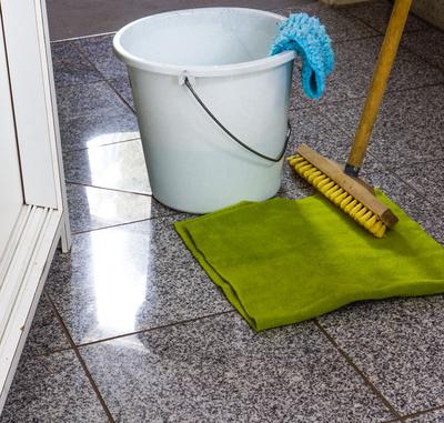 Putzeimer, Bodenlappen und Schrubber