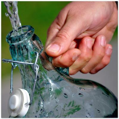 Flaschenhals aus dem Wasser hochspritzt
