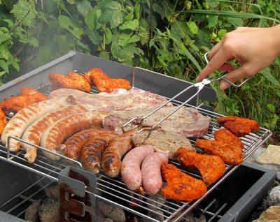 Grill mit Würstchen und Fleisch