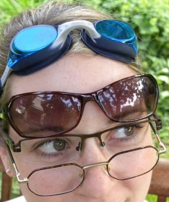 Frau mit vier verscheidenen Brillen