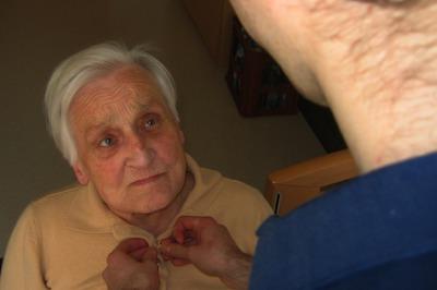 Zu pflegende alte Frau