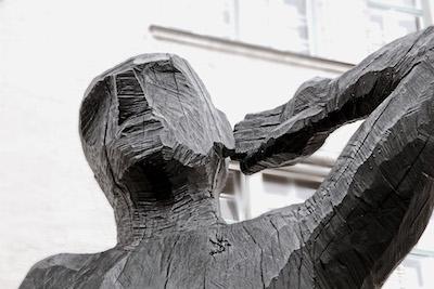 Hörender Kopf als Holzskulptur