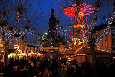Abendlicher Weihnachtsmarkt mit Weihnachtspyramide