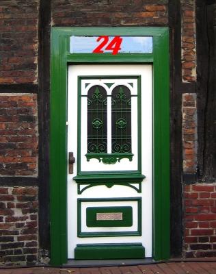 Grüne Haustür mit roter Nummer 24
