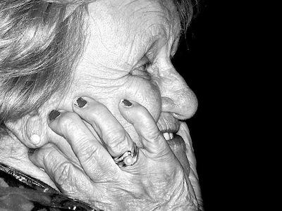 Gesicht alter Frau im Profil-schwarz-weiss