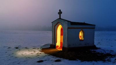 Erleuchtete Kapelle in der Dämmerung