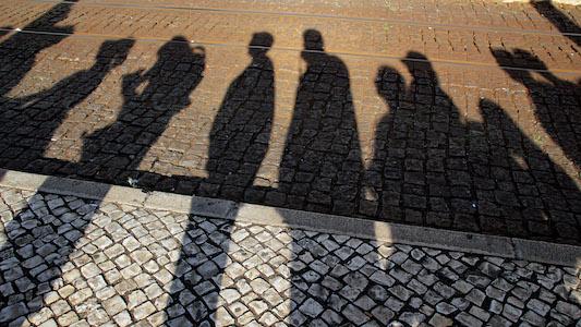 Menschenschlange als Schatten