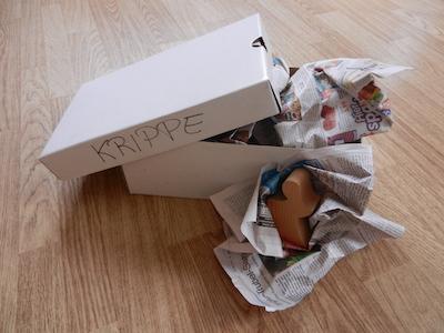 Karton mit eingepackten Krippenfiguren
