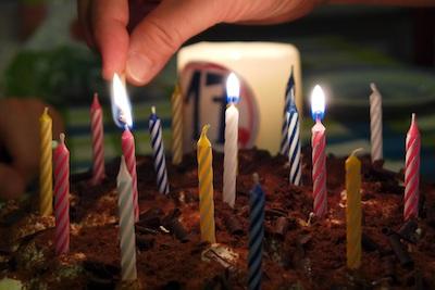 Anzünden von Geburtstagskerzen
