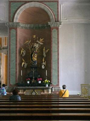 Betende Frauen in einer Kirche