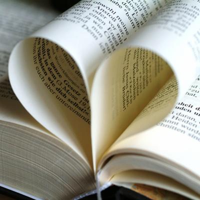 Buchseiten bilden ein Herz