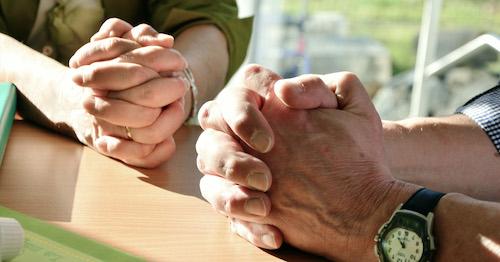 Betende Hände von 2 Menschen
