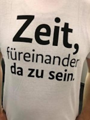 T-Shirt mit Aufschrift: Zeit, füreinander da zu sein