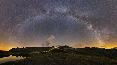 Sternenhimmel über Berglandschaft