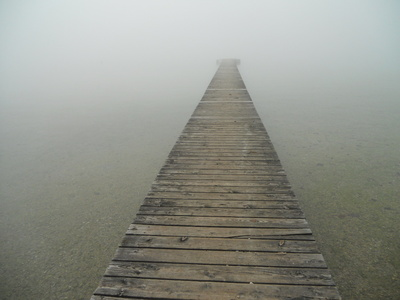 Holzsteg im Nebel