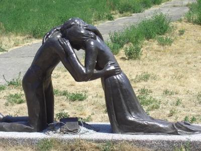 Skulptur versöhnendes Paar