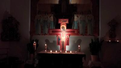 Altar mit Kerzen beim Taizé-Gebet