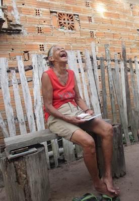 Lachende Frau auf einer Holzbank